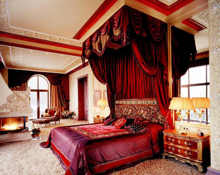 Массивный ярко-алый балдахин отлично вписывается в общую картину интерьера. Интересно сочетание балдахина над кроватью и штор.