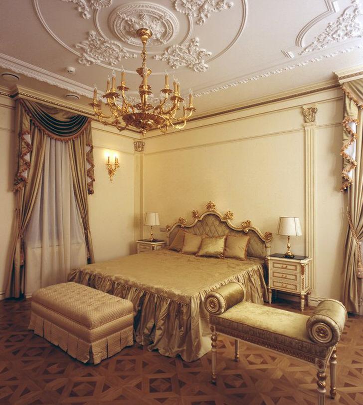 Спальная комната в стиле ампир. Сдержанное оформление интерьера делают помещение светлым, просторным и не загроможденным.