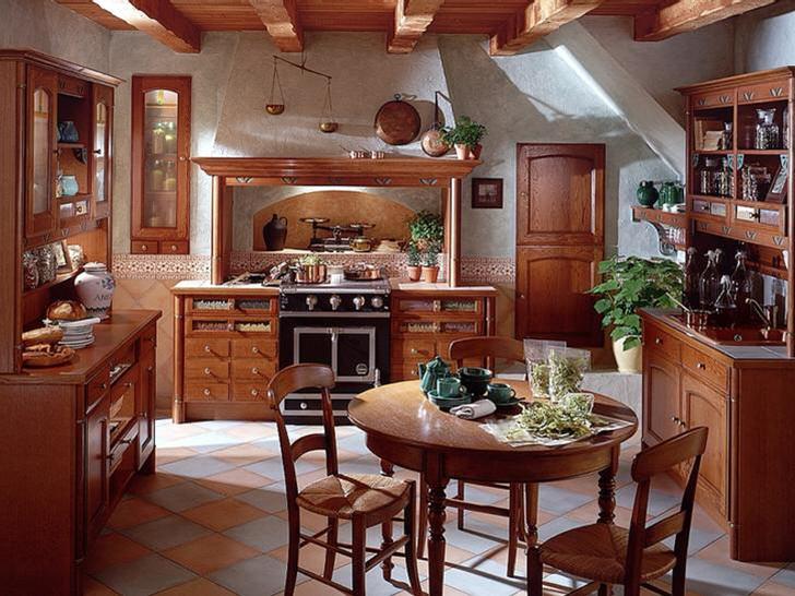 Классическая кухня кантри с правильно подобранной мебелью. Гармоничным украшением кухонного пространства стали зеленые цветы в глиняных горшках разного размера.