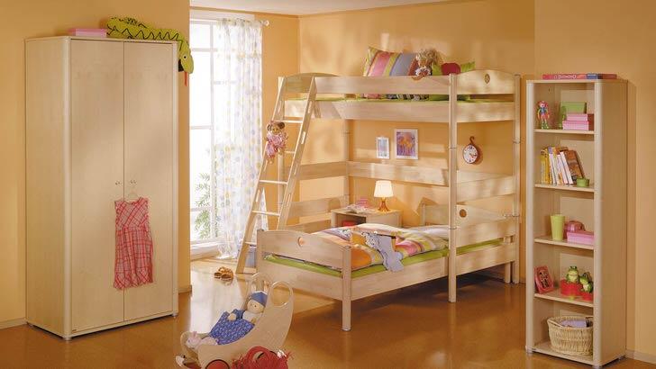 Детская комната в стиле хай-тек со светлой деревянной мебелью. Простота мебели компенсируется ее функциональностью и практичностью.