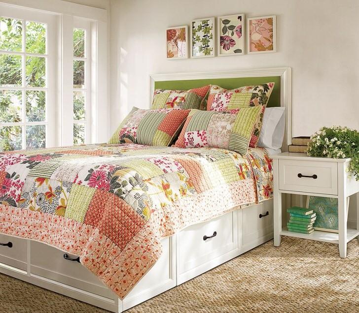 Однотонные стены отлично сочетаются с панорамными белыми рамами из дерева. Интересны картины с цветами над изголовьем кровати.