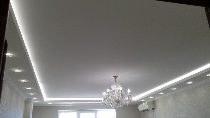 Двухярусный вариант тканевых натяжных потолков. Дизайнер умело подсветил матовую поверхность ткани.