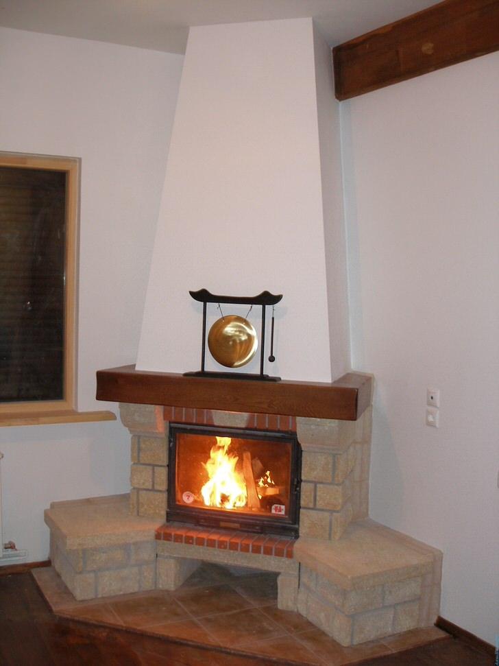 Достоинством угловых каминов является отсутствие ниш в стене под топку камина. В угловом камине это решается конструктивно.