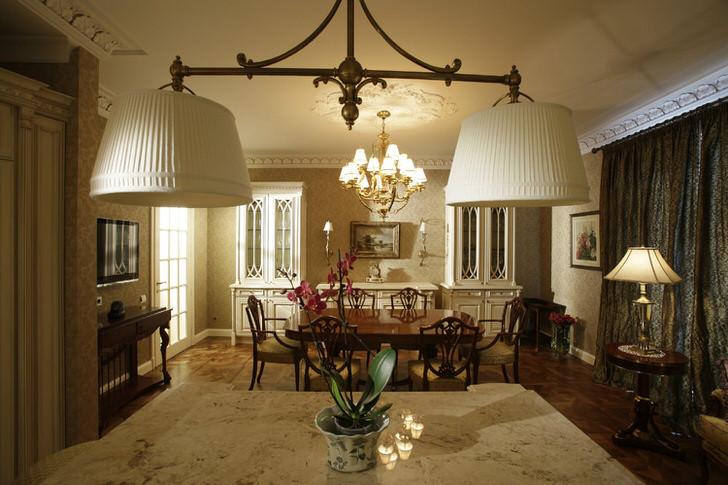 Подчёркнуто лёгкий деревенский стиль в оформлении современного дома. Размеры гостиной позволяют подчеркнуть элегантность линий дорогой мебели.