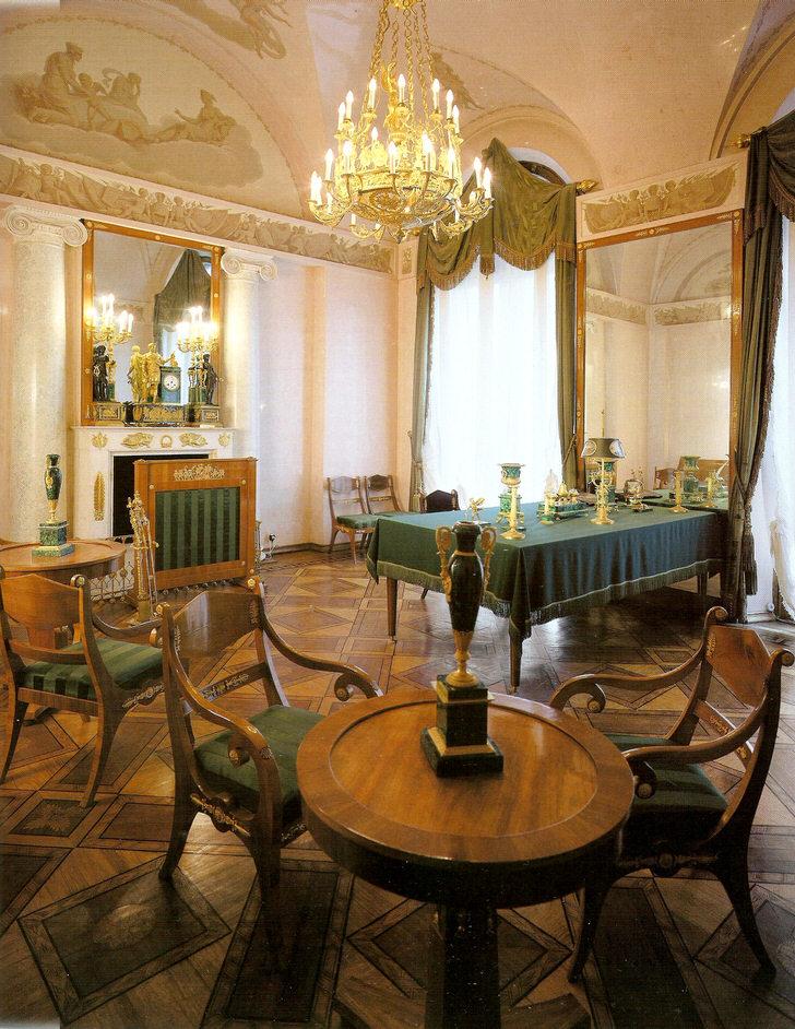 Обеденная комната в ампир стиле в большом загородном коттедже на юге Франции.