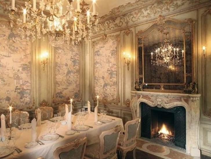 Камин в роскошной столовой королевских особ. Архитектура камина, размеры и стиль гармонично вписываются в интерьер.