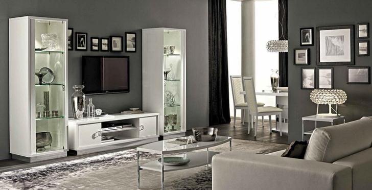 Элегантная светлая мебель на фоне светло- серого интерьера.