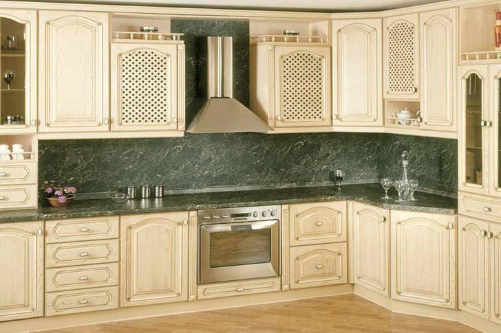 Тёплый цвет светлого дерева мебельного гарнитура просторной кухни.