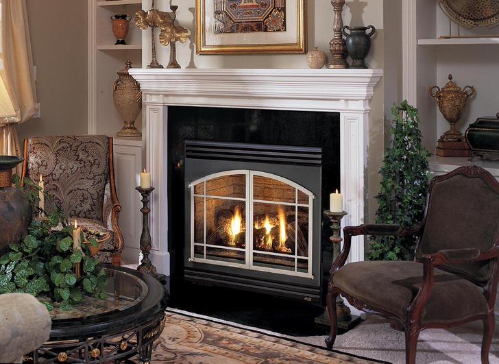 Элегантная гостиная с камином в английском стиле. В обстановке ценится добротная мебель обитая традиционным гобеленом и антикварные вазы.