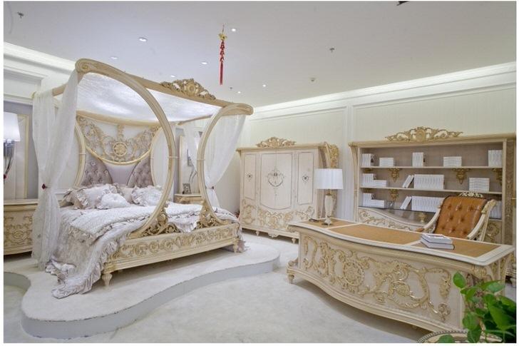 Спальня в стиле барокко в одном из домов на северо-западе Подмосковья. Правильно построенный дизайнерский проект гармонично совместил спальную и рабочую зоны.