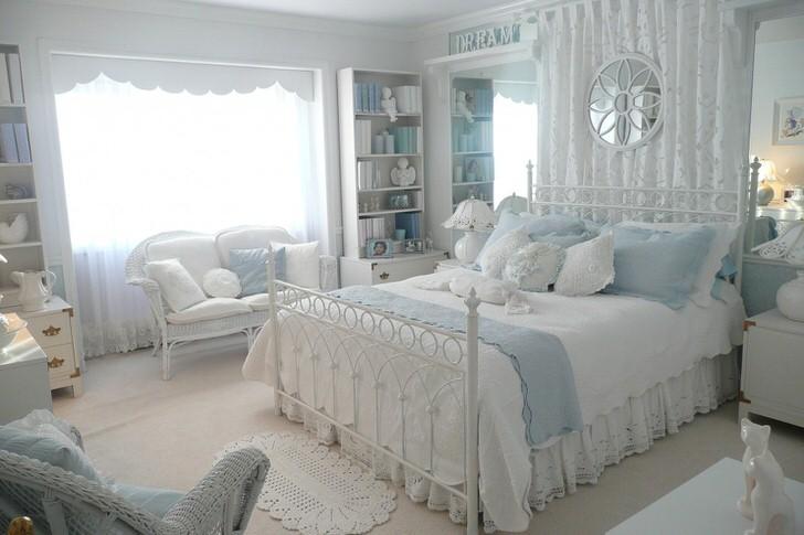 Светлая комната для сна в кантри стиле. Отличный вариант для оформления гостевой спальни.