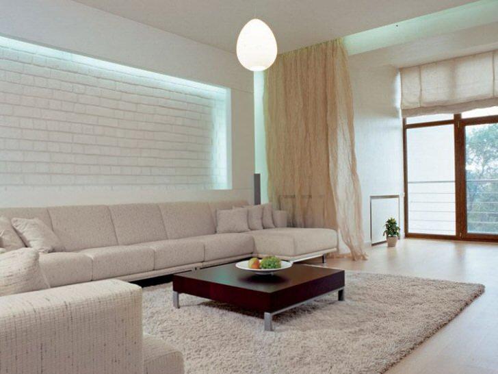 Просторная светлая комната для гостей в большом доме.