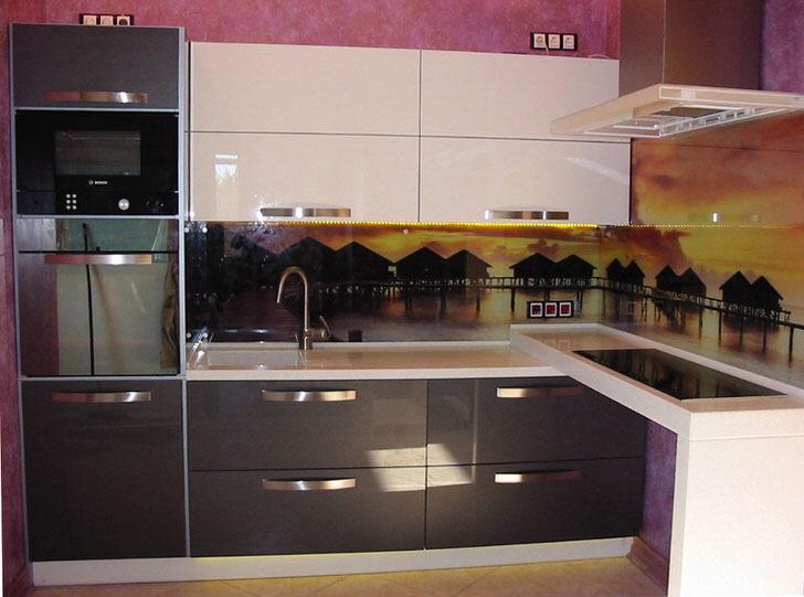Кухня в стиле хай тек. На фото справа индукционная плита-безопасна, экономична.