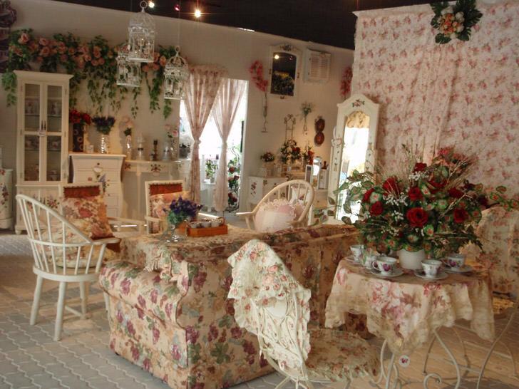 Цветы в вазе, на стене и даже на обивке дивана. Зал в стиле прованс в небольшом загородном доме на юге Франции.