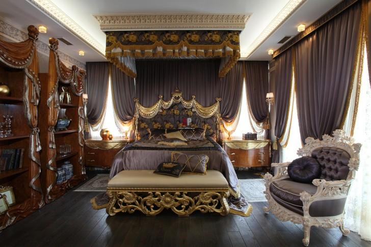 Роскошная спальня В стиле барокко. В центре композиции массивная кровать с высоким декорированным изголовьем.