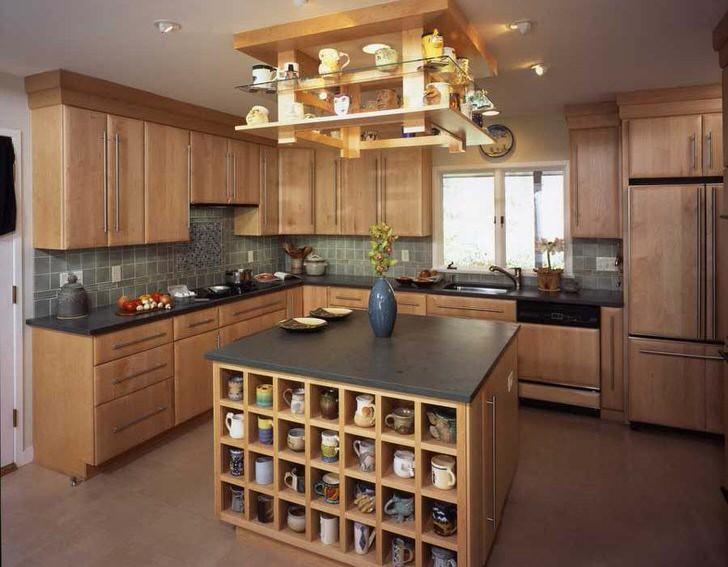 Удобное решение для эргономичного хранения посуды - множество компактных полок, как элемент стиля кантри.