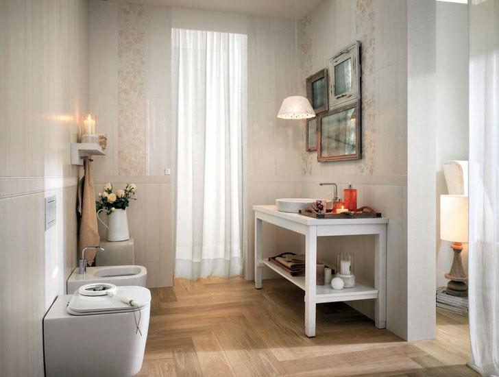 Светлые тона интерьера в оформлении ванной в стиле кантри. Очарование интерьера-фото в старых рамках и простенький стол милашка.