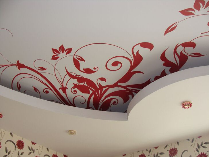 Красный орнамент выгодно смотрится на белом фоне.