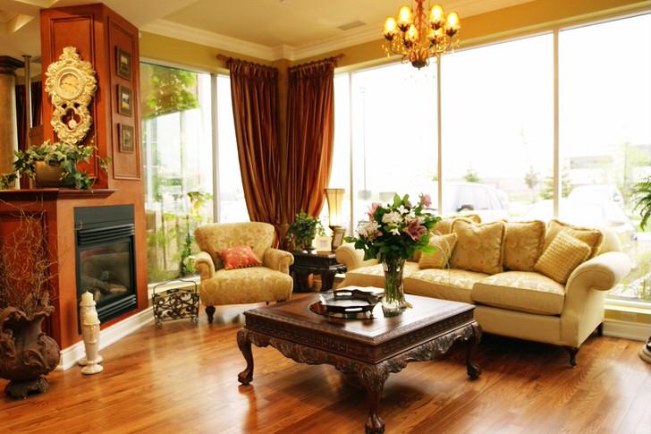 Уютная гостиная в современном доме. Камин и мебель в Английском стиле.