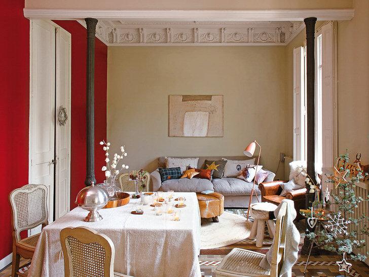 Изысканная гостиная в стиле эклектика декорирована милыми подушками. Для новогоднего оформления комнаты владелец дома выбрал интересную ель со стильными украшениями.
