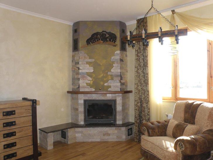 Вариант углового камина в небольшой квартире.