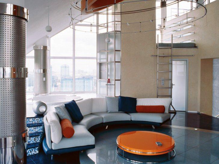 Уютный холл в авангардном стиле. Сочетание насыщенного синего цвета с ярким оранжевым всегда смотрится выгодно.