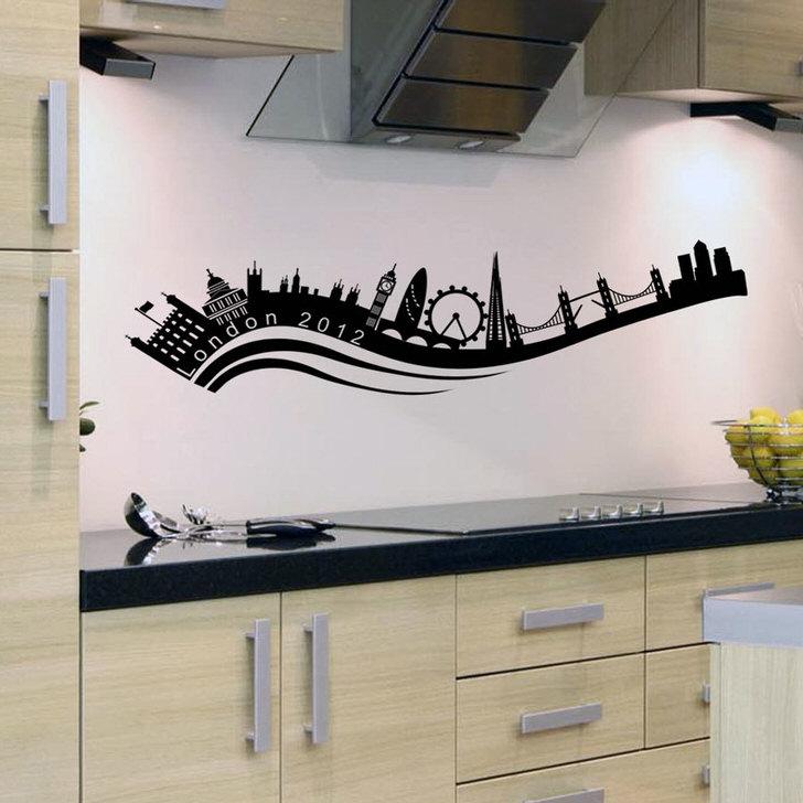 Контрастно и оригинально на белой стене смотрятся абстрактные чёрные композиции.