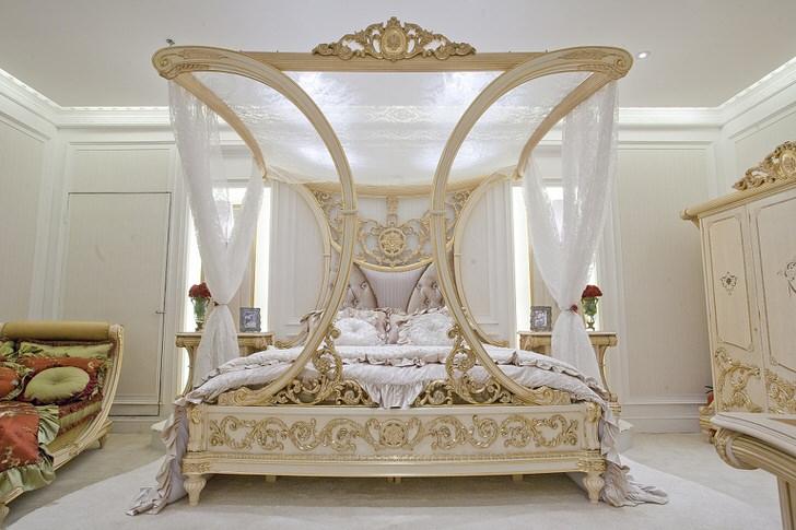 Роскошный балдахин в спальне в стиле барокко. Отличный дизайнерский проект для семейной спальни.