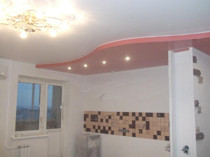 Классический двухярусный потолок в красно белых тонах для просторной кухни.