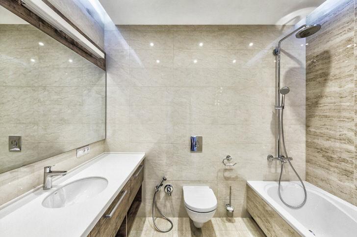Освещение ванной комнаты скрыто в нише потолка.