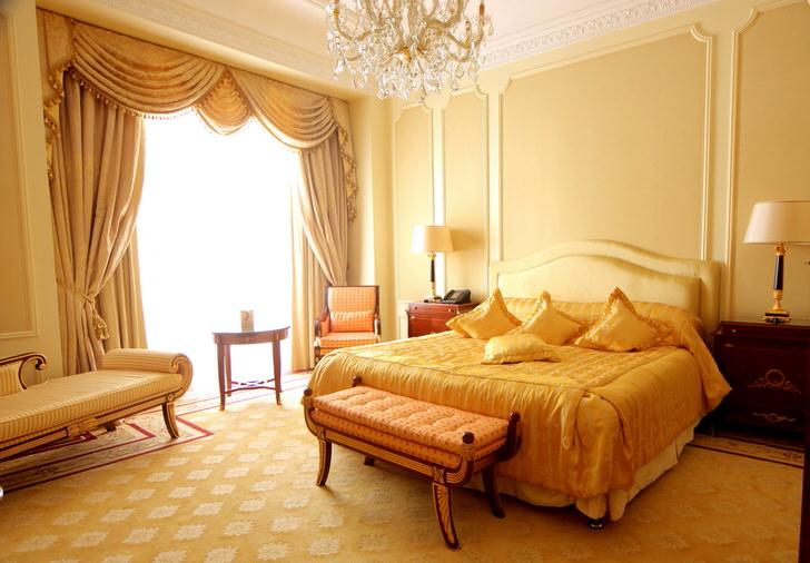 Бежево-золотая спальня в барочном стиле.