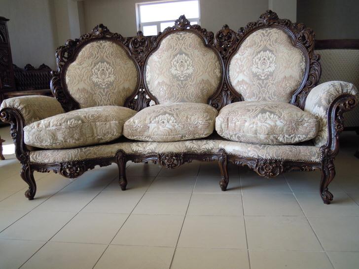 Витиеватая окантовка спинки, резные ножки, обивка из текстиля - идеальный выбор для гостиной в барокко стиле.