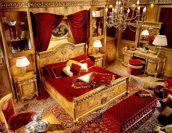 Роскошная спальня в барокко стиле в городской квартире на западе Италии.