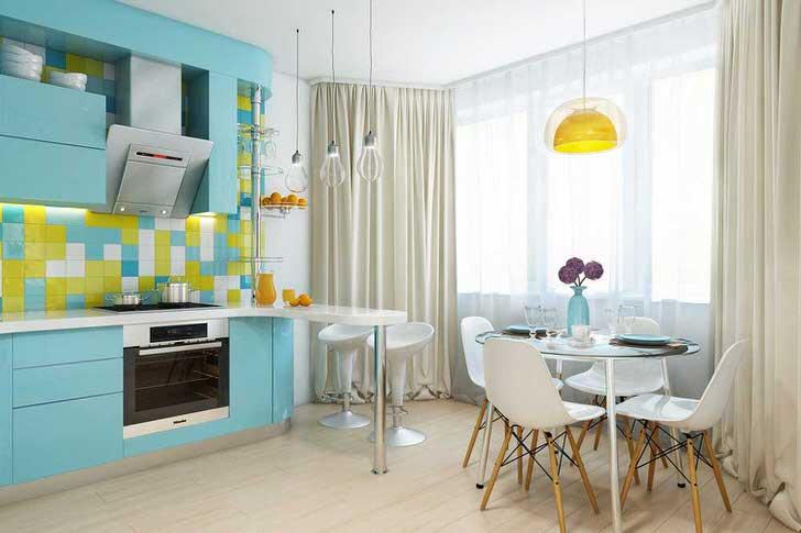 Рабочая и обеденная зоны отделены цветом. Барная стойка и люстры придают кухне законченный вид.