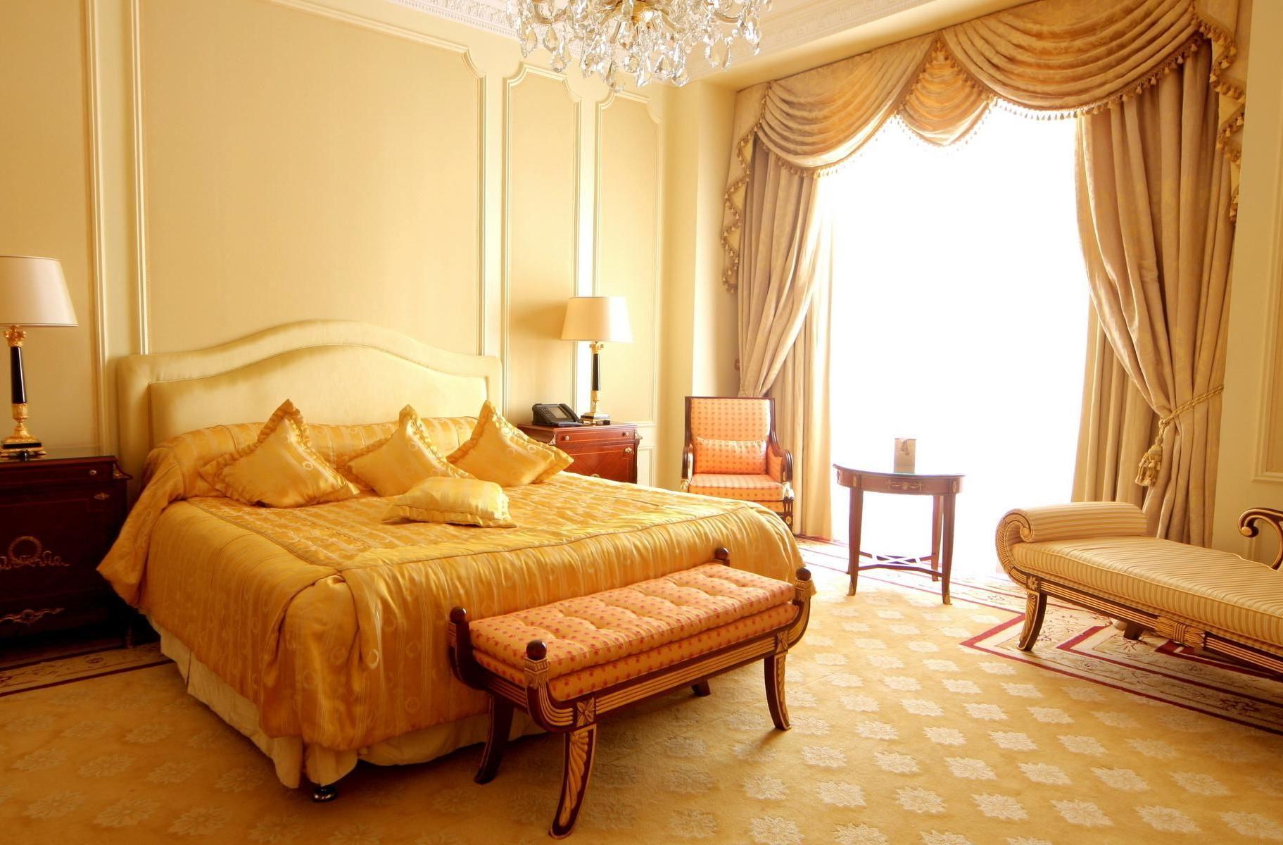 Светлая, просторная спальная комната в стиле барокко с панорамными окнами.