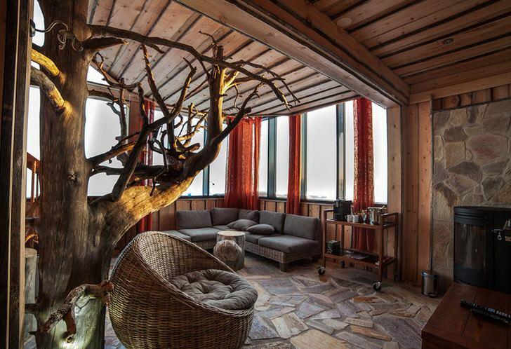 Гостиная в стиле кантри. Классика стиля: камень и светлое дерево.