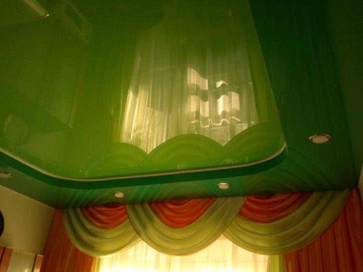 Оригинальные натяжные потолки для гостиной. В один уровень светло зеленый потолок смотрелся бы уныло и не закончено.