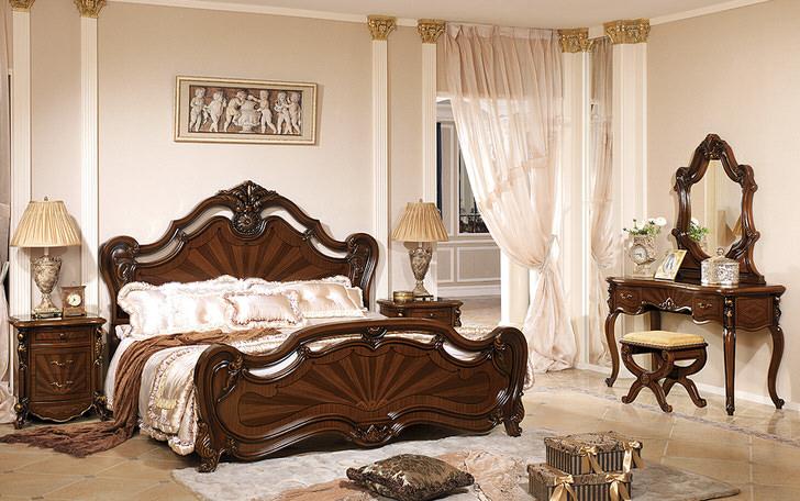 Классический барочный стиль представлен лакированной мебелью из темного дерева.