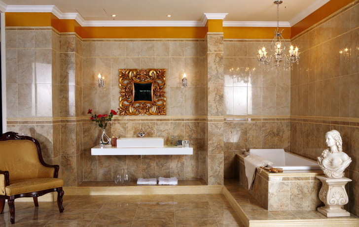 Современная ванная комната с нотками стиля барокко: мрамор, массивная рама над умывальником, античный бюст.