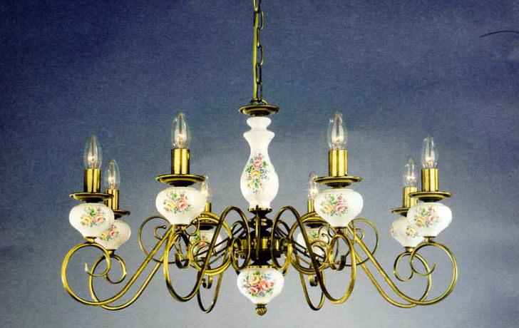 Люстра с имитацией свечей украшена цветочными узорами в соответствии с требованиями кантри стиля.