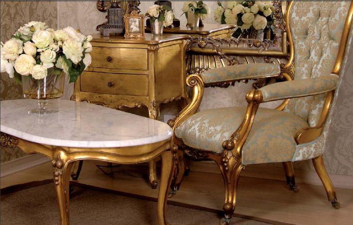 Деревянная мебель с темно-золотым покрытием в стиле барокко. Отличное решение для гостиной в доме молодой леди.