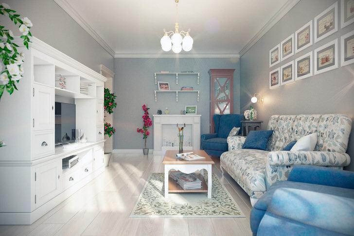 Контрастные кресла синего цвета отлично сочетаются со светлым паркетом. Стена над диваном интересно украшена картинами одного размера.