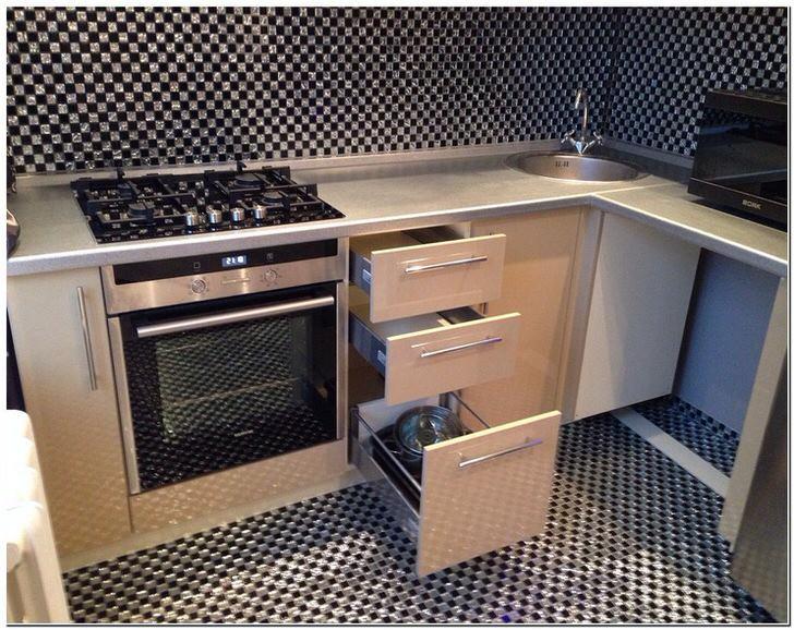 Удобная и функциональная мебель в маленькой кухне.