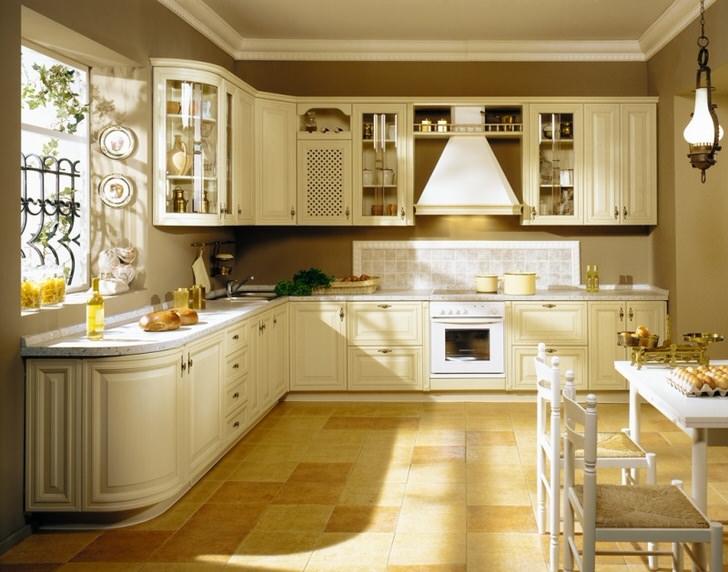 Изящный мебельный гарнитур гармонично вписан в просторную светлую кухню. Удачно подобрано рабочее место перед просторным окном.