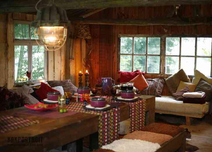 Множество подушек, разноцветные скатерти на столах помогут создать уют в гостиной кантри.