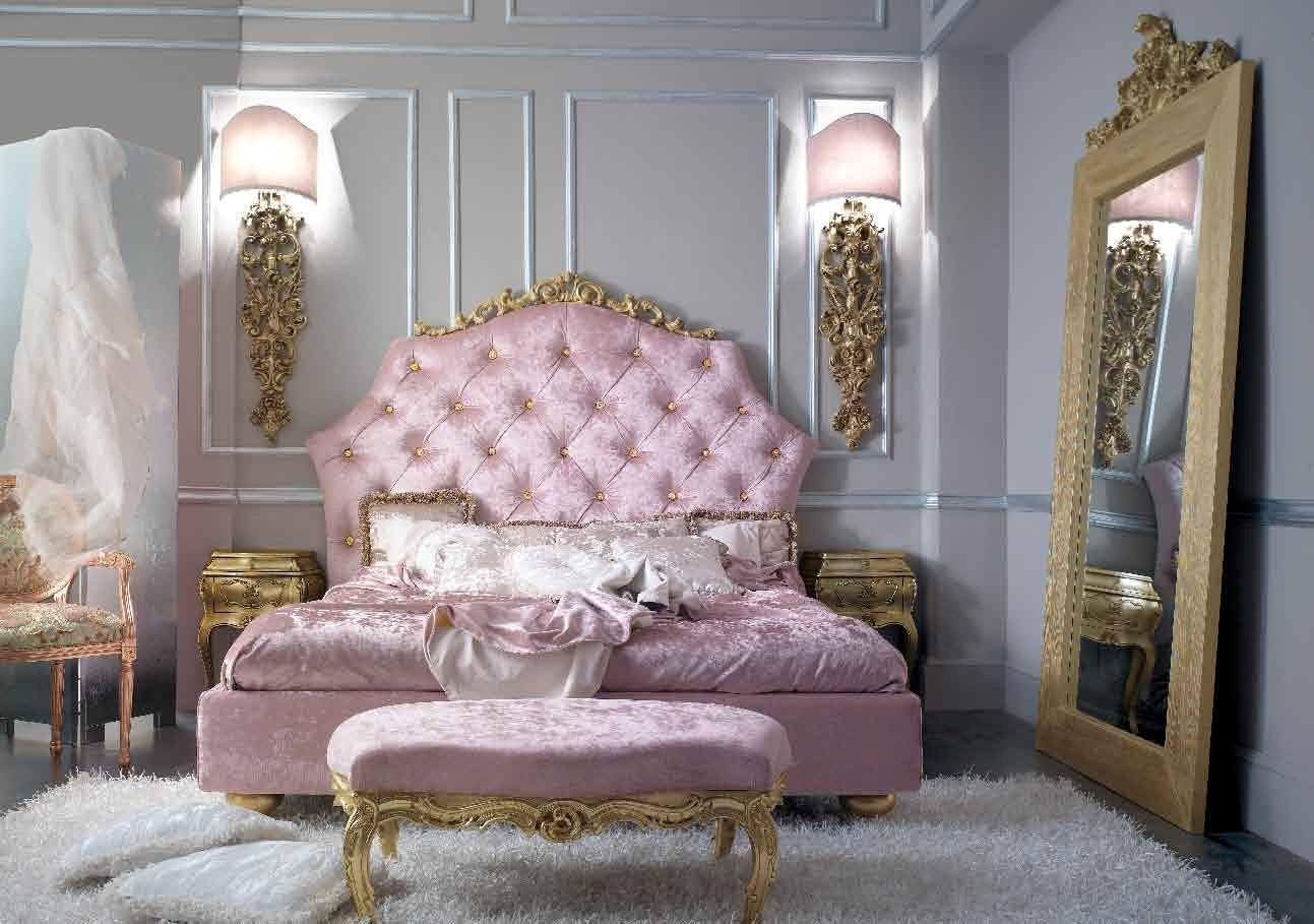 Спальня молодой девушки в стиле барокко. Взгляд притягивает большое зеркало в золотом обрамлении.