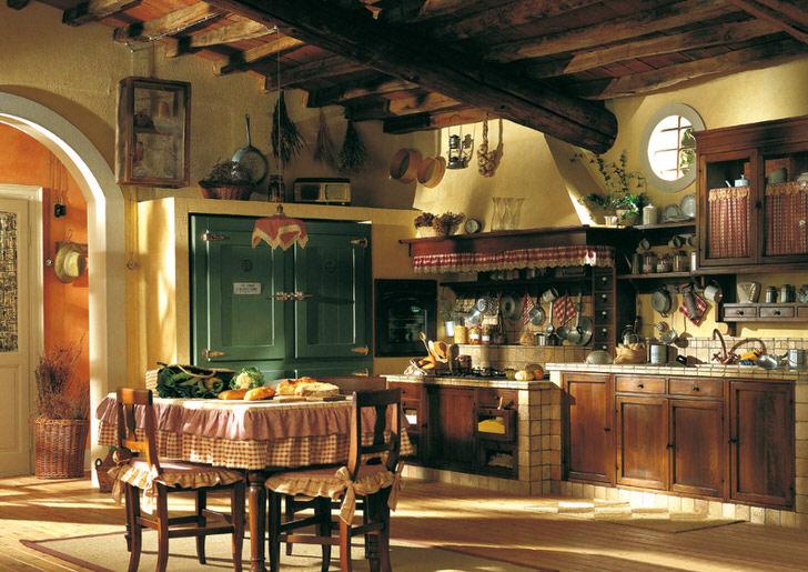 """Кухня в """"деревенском"""" стиле с деревянным потолком. Для оформления стен дизайнер выбрал правильный оттенок желтого цвета."""