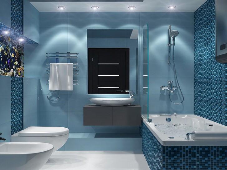 Точечное освещение встроенных светильников располагают по бокам комнаты. Идеальное сочетание бледно-синего цвета и мозаики