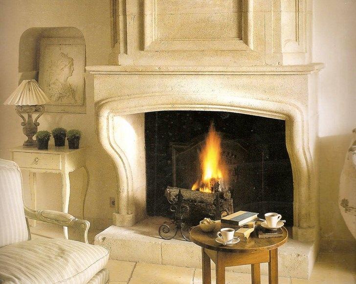Полноценный газовый камин как проект дома. Декоративные поленья придают камину достоверность живого огня от дров.