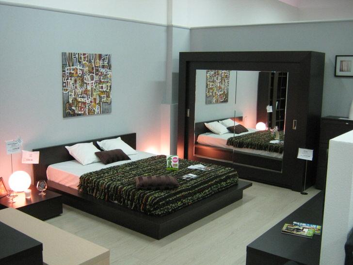 Небольшая, но просторная комната в стиле хай-тек.